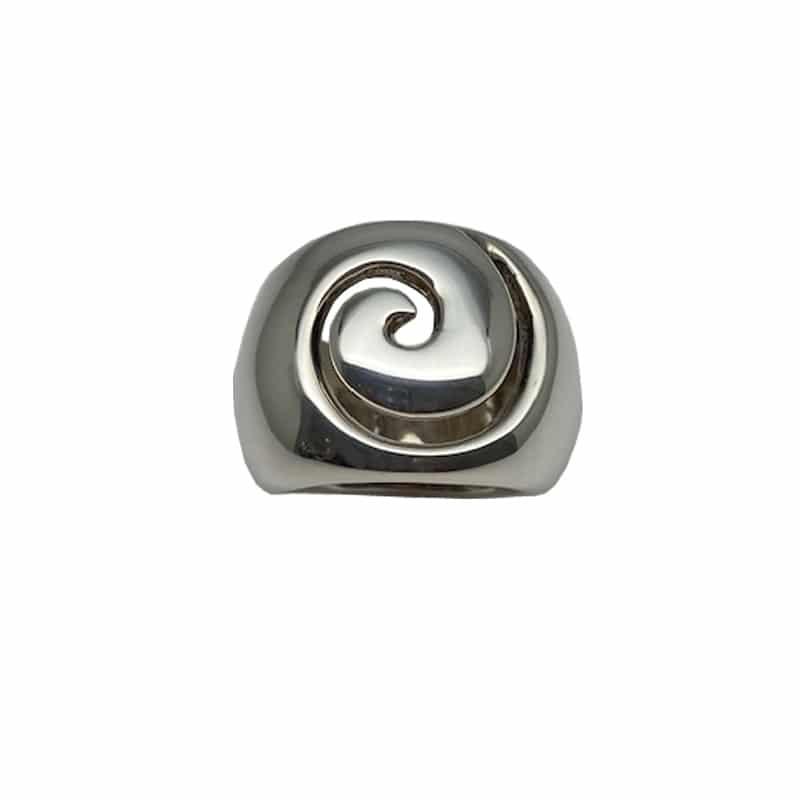 Anillo de plata con dibujo recortado en forma de caracola