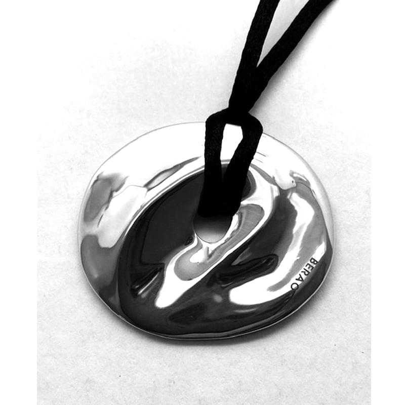 Colgante de plata en forma de ombligo