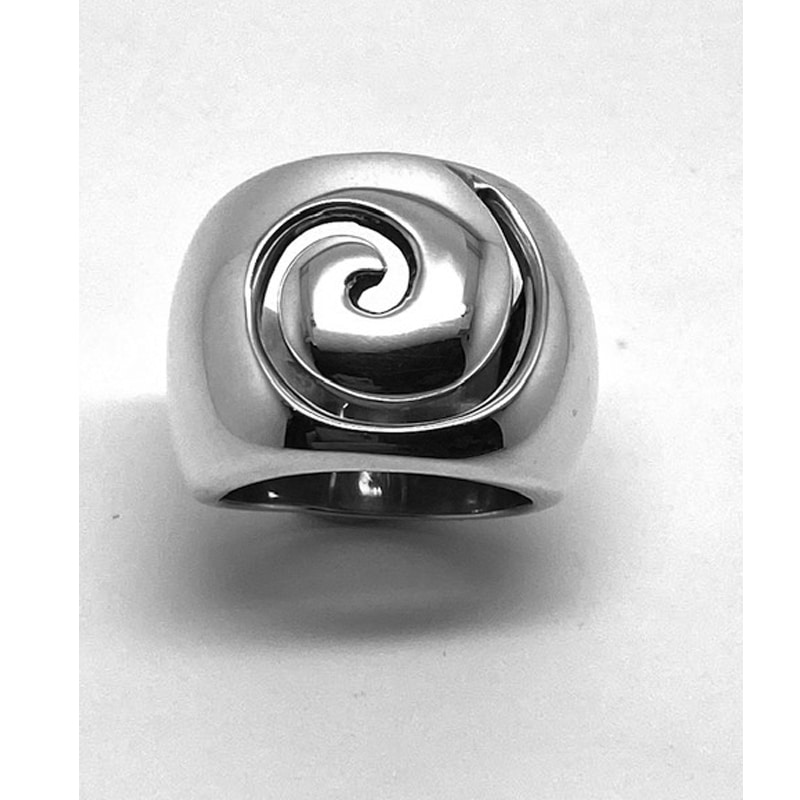 Silver ring with cut out pattern in the shape of a conch