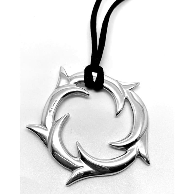 Runder Silberanhänger mit Efeuzweigen