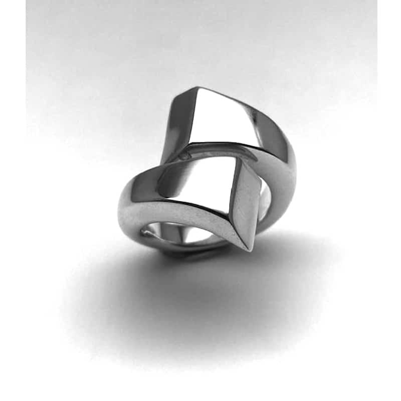 Anillo de plata con dos brazos en disminución