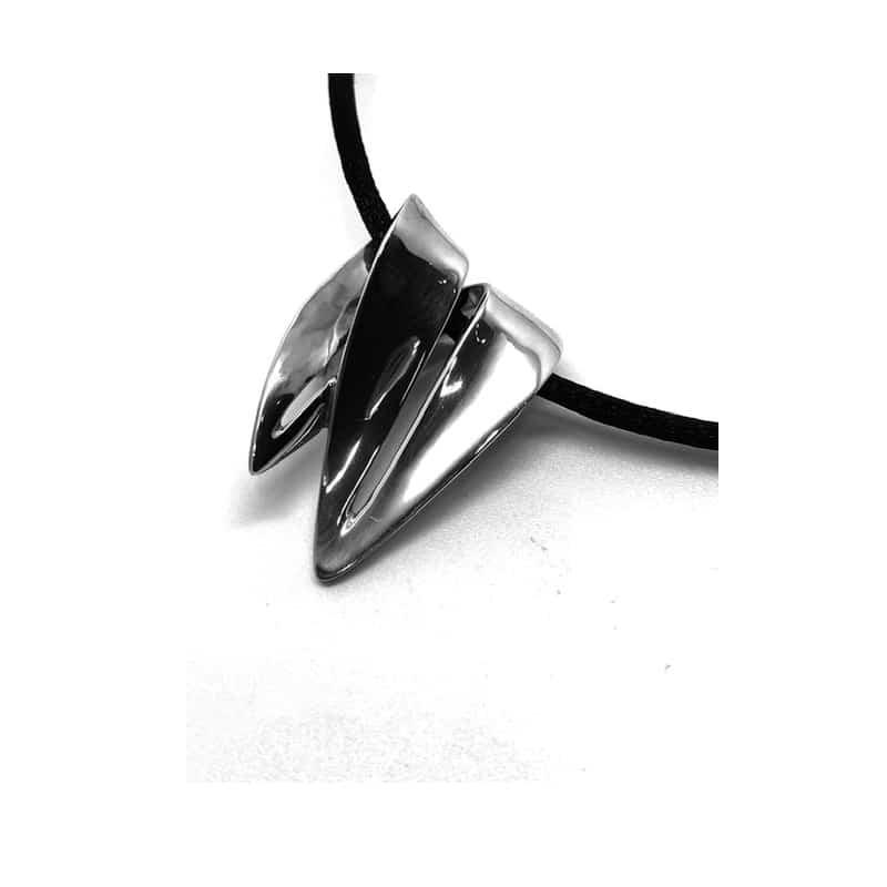 Silberanhänger in Form eines gebogenen Blattes