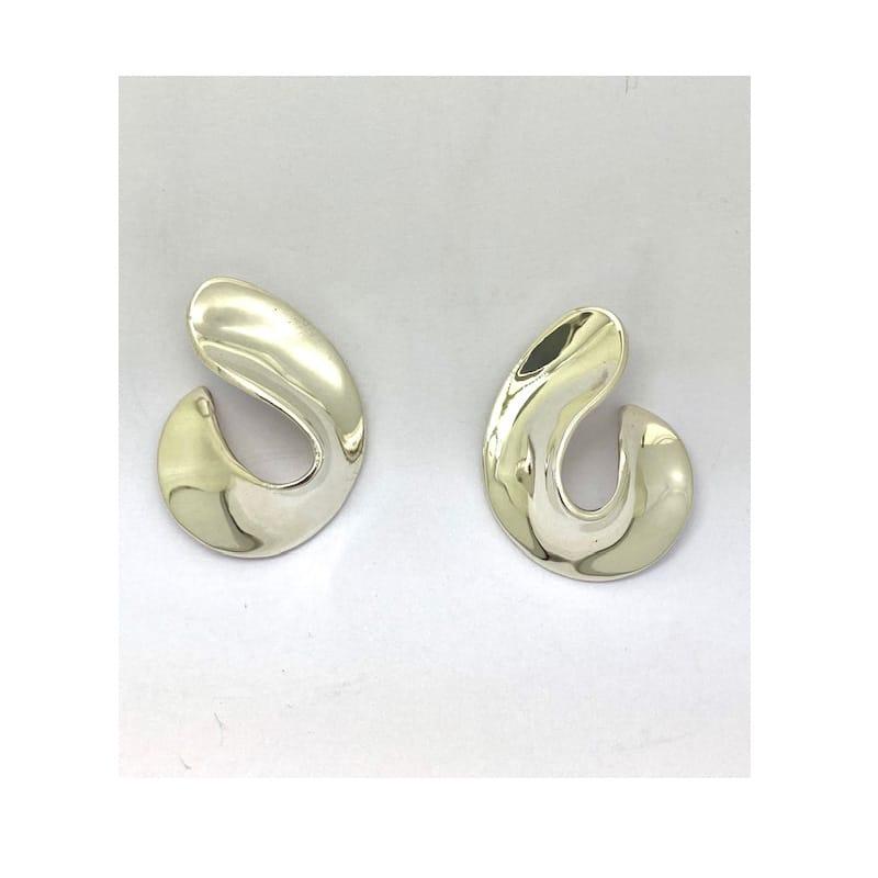 Pendientes de plata en forma circular abierta