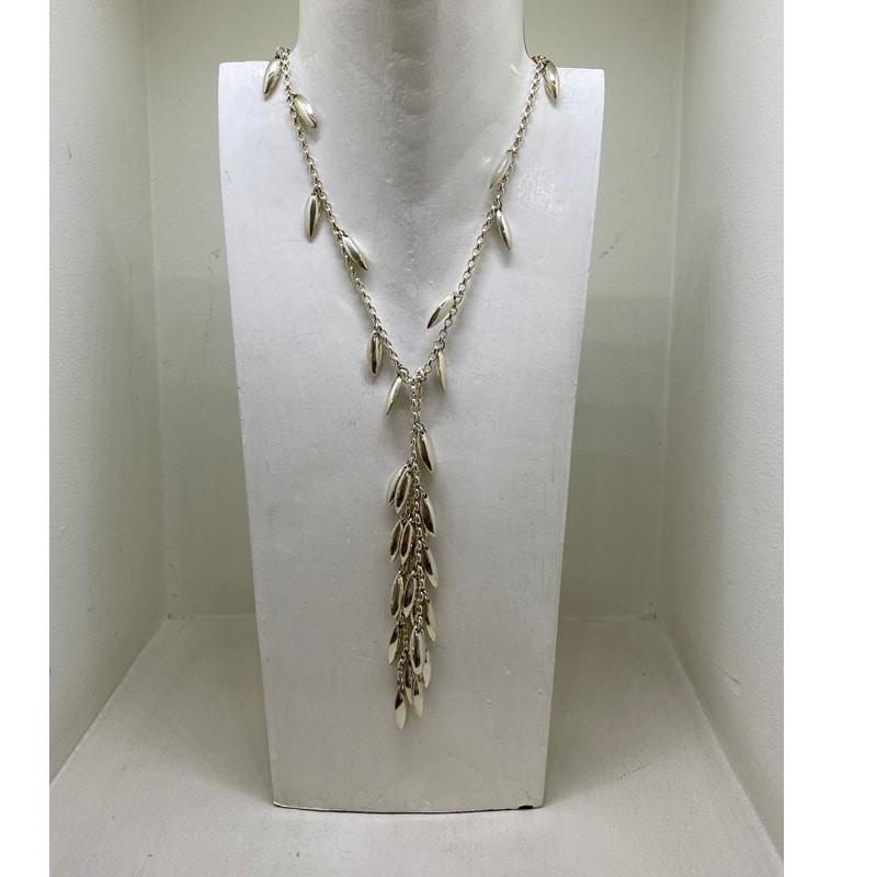 银项链作为围巾在两束金块中