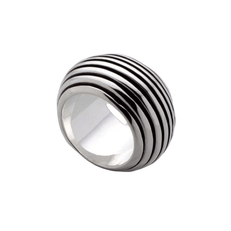 Anillo de plata con cortes siguiendo la media caña del anillo