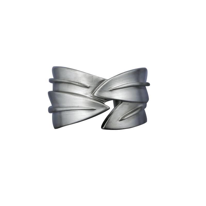 Brazalete de plata ancho de hojas superpuestas