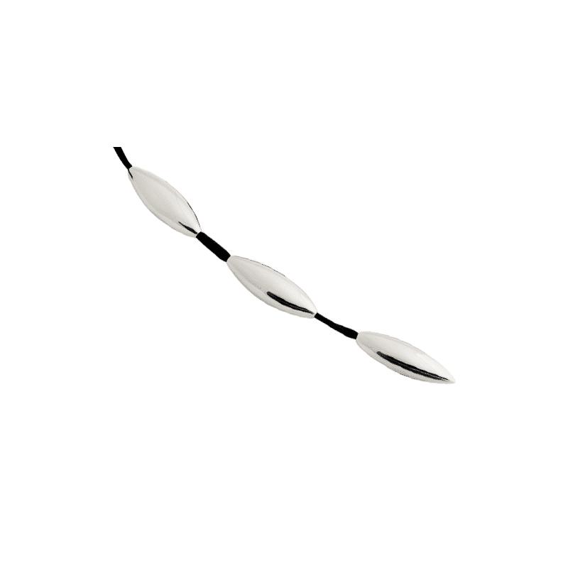Collar de plata con piezas alargadas sobre cordón de seda