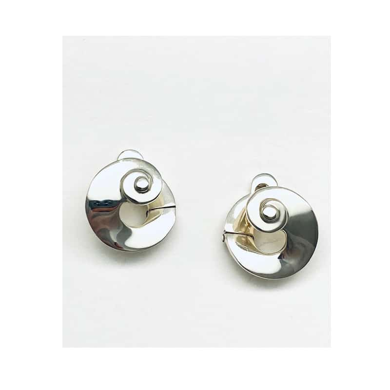 Circular silver earrings finished in conch