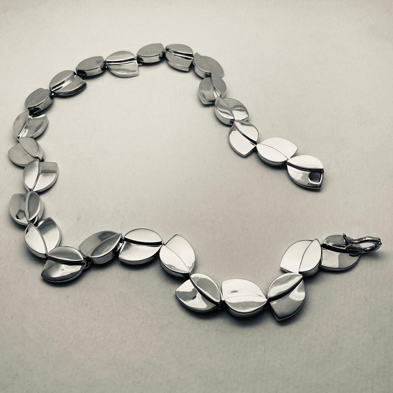 Collar de plata de hojas superpuestas
