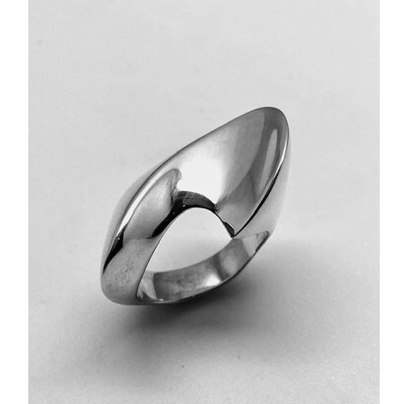 Anillo de plata con volumen asimétrico