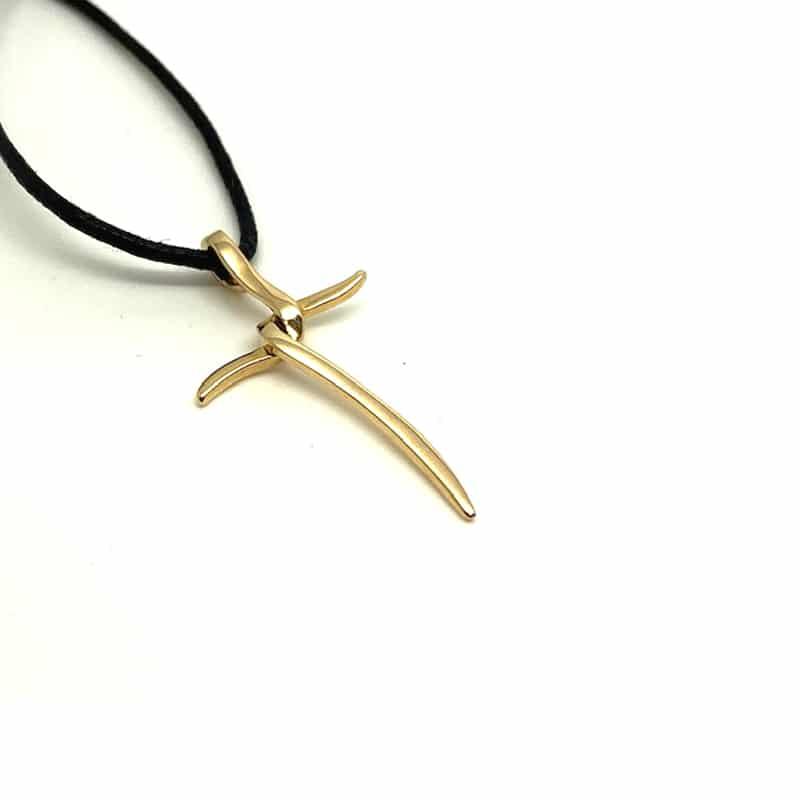 Colgante de oro en forma de espada