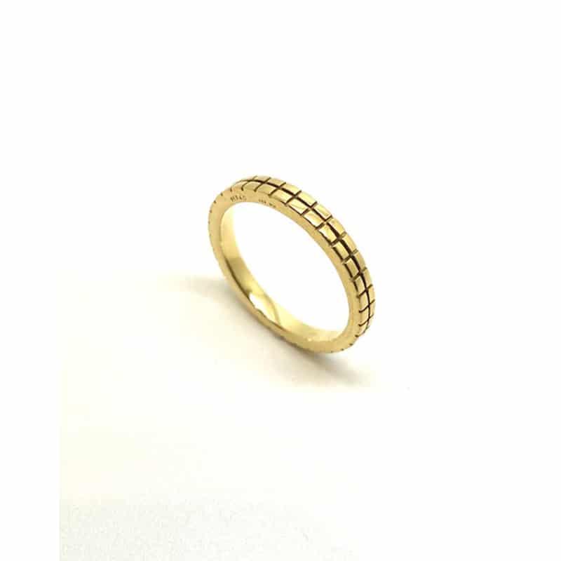 グリッドパターンのロマネスクスクエアゴールドの結婚指輪