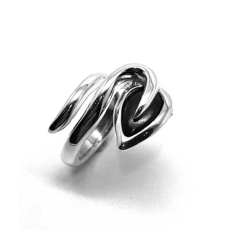 Anillo de plata en espiral finalizando en hoja