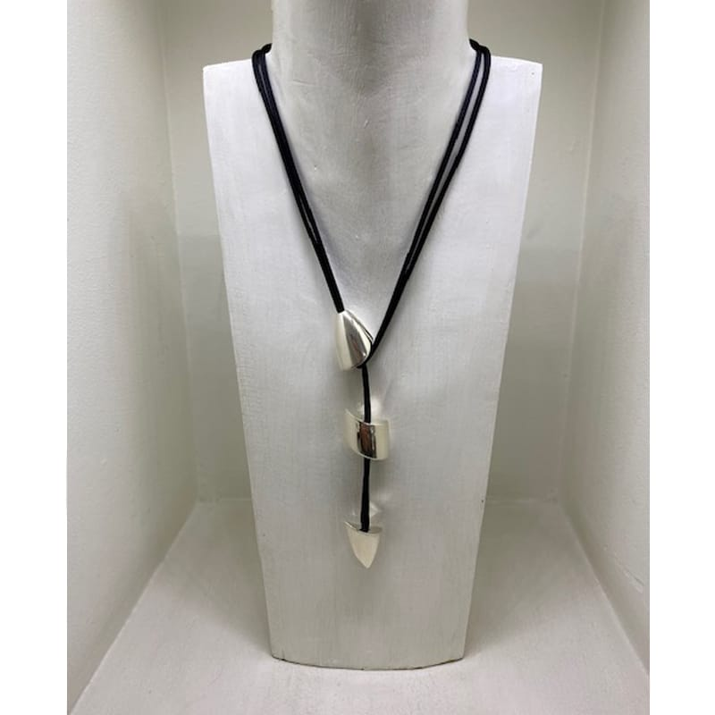 Collana in argento con 3 pezzi organici e cordino in seta