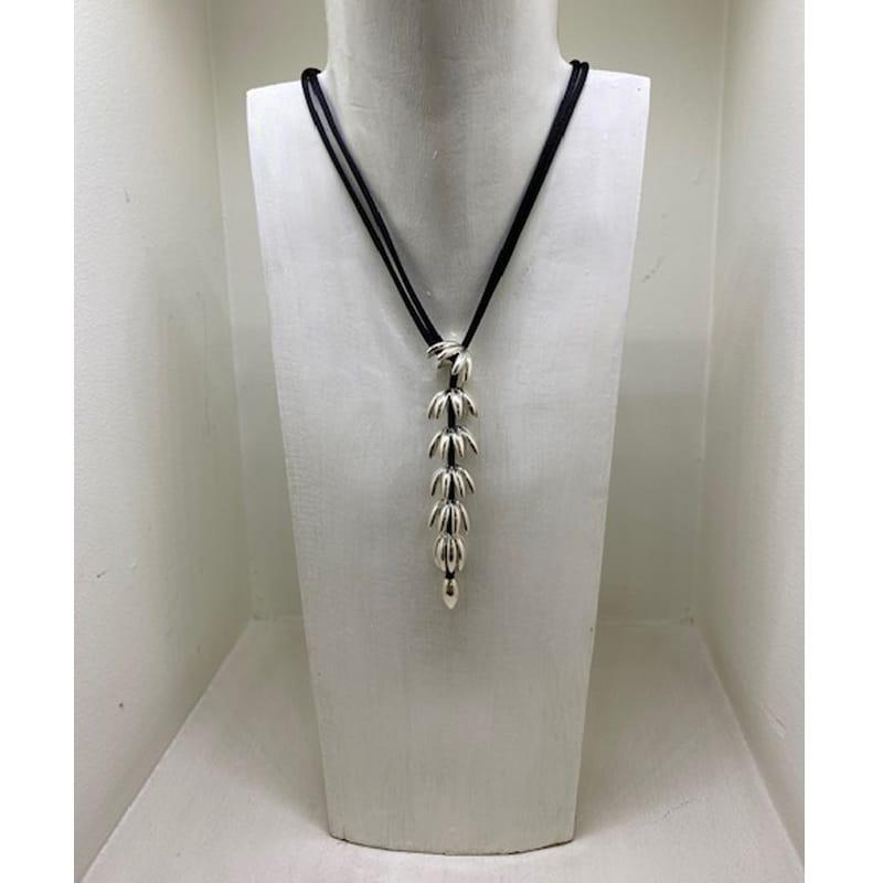 Collar de plata con forma de racimo y cordón de seda
