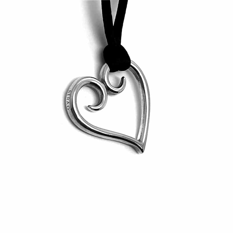 Silver pendant made of thread forming a heart