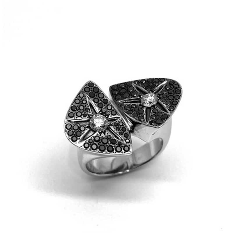 Anel de ouro branco e diamante em dois planos terminando em estrelas