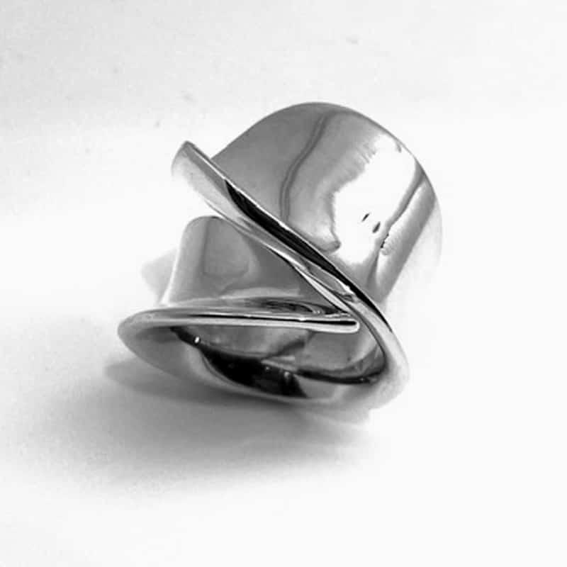 Anillo de plata asimétrico en movimiento