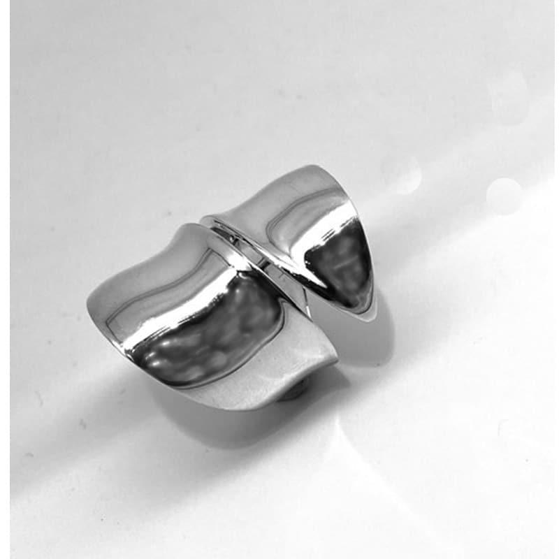 中央有切口的两条臂的银戒指
